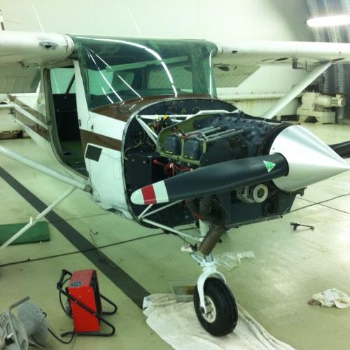Wartung, Nachprüfung, Reparatur, Überholung, Unfallinstandsetzung von Flugzeugen, Motorseglern und Segelflugzeugen.
